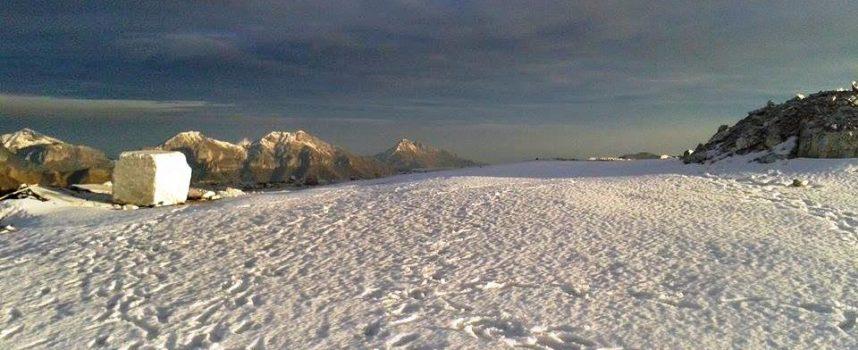 Il mare che riflette il sole, la neve e alcune cime delle Apuane