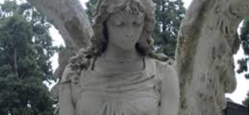 EMERGENZA VENTO, NEL POMERIGGIO VIENE MESSO IN SICUREZZA  IL CIMITERO DI SEGROMIGNO IN MONTE,  mentre a Bagni Lucca, gli alberi divelti scoprono anche le tombe