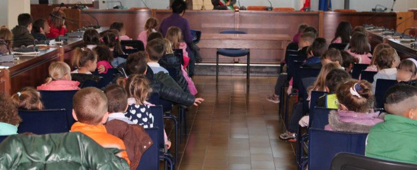 Un omaggio a Luciana Baroni alla quale è intitolata la scuola  I BAMBINI DELLA SCUOLA DELL'INFANZIA DI LUNATA IN VISITA AL COMUNE  Sono stati accolti dalla vice sindaco Lara Pizza