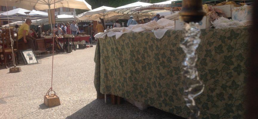 Antiquariato, molto caldo, meno venditori