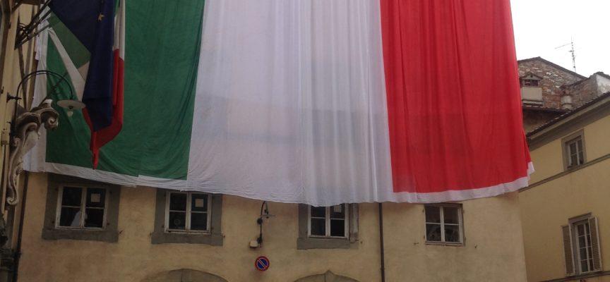 24 maggio: enorme bandiera su Palazzo Santini per la Grande Guerra