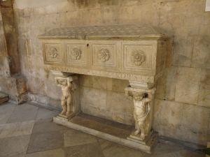 16 giugno Carrara-cattedrale-sarcofago_san_Ceccardo
