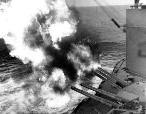 6 giugno USS_Nevada_(BB-36)_fire_on_positions_ashore