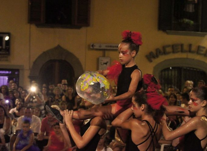 Il Palio è salito in cattedra a Gallicano: sfilano 80 bambini in Piazza Vittorio Emanuele