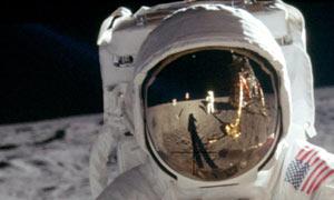 21 luglio An-Apollo-astronaut-on-th-003
