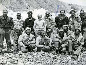 31 luglio Desio-nella-celebre-foto-che-lo-ritrae-con-gli-alpinisti-del-K2-1954