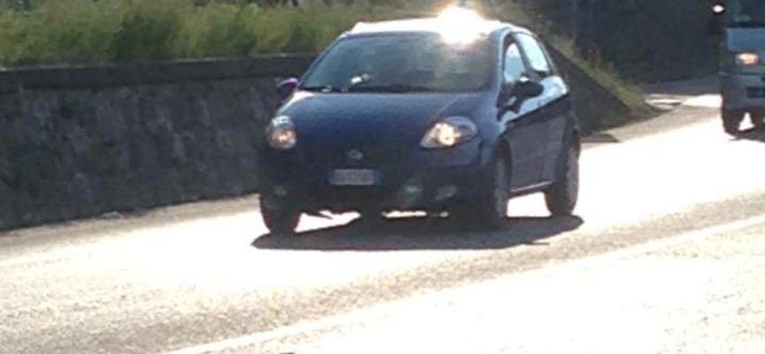 Manifesti selvaggi in Garfagnana: cade su una macchina e si rischia la tragedia