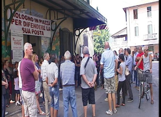 Mologno scende in piazza a difesa dell'ufficio postale