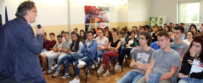 Castelnuovo, il saluto del sindaco Tagliasacchi agli alunni dell'Isi Garfagnana