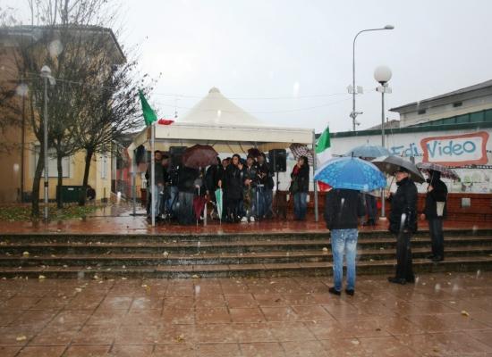 """La pioggia domina a Fornaci di Barga: decine di persone per """"Prima gli Italiani"""""""