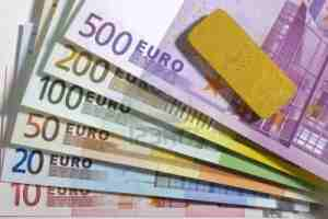9136376-euro-banconote-e-oro-bar