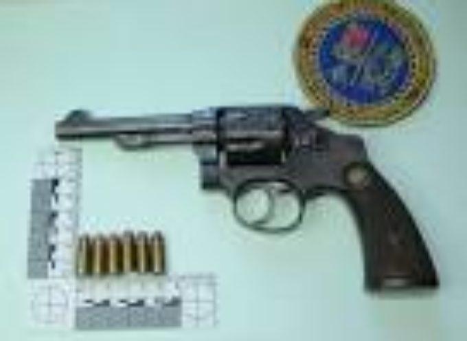 Deteneva in casa una pistola della Polizia Spagnola ed una sciabola: arrestato marocchino