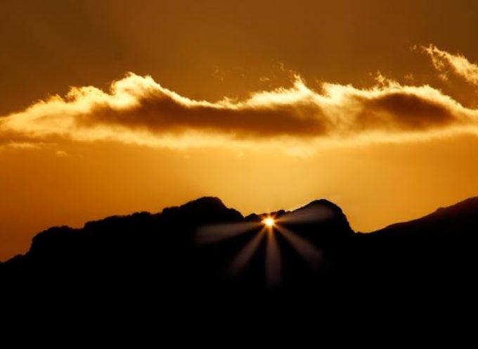 Doppio tramonto sul Monte Forato, si rinnova il suggestivo fenomeno