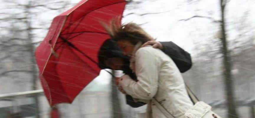 LUCCA – Un fulmine che colpisce la punta in metallo dell'ombrello