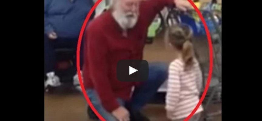 Bimba scambia signore per Babbo Natale, lui le regge il gioco [VIDEO]