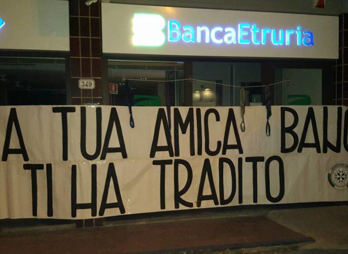 Salvabanche: cravatte annodate come cappi davanti alle filiali di tutta Italia, azione choc di CasaPound Italia anche a Lucca.
