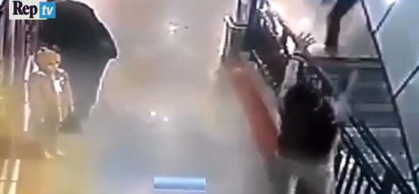 L'eroe del centro commerciale: prende al volo il bimbo caduto