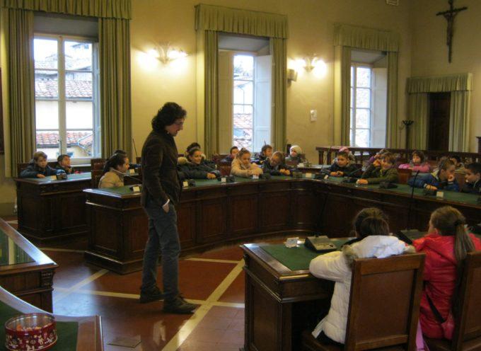 """""""Il nostro Consiglio"""": 35 piccoli studenti accompagnati dal presidente Garzella alla scoperta di Palazzo Santini e del funzionamento del Consiglio Comunale"""