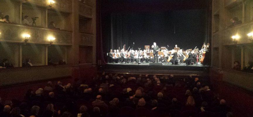 Successo per il Capodanno al Teatro del Giglio con il Puccini e la sua Lucca Festival: problemi legati al catering e alla sicurezza, ma Colombini salva la serata