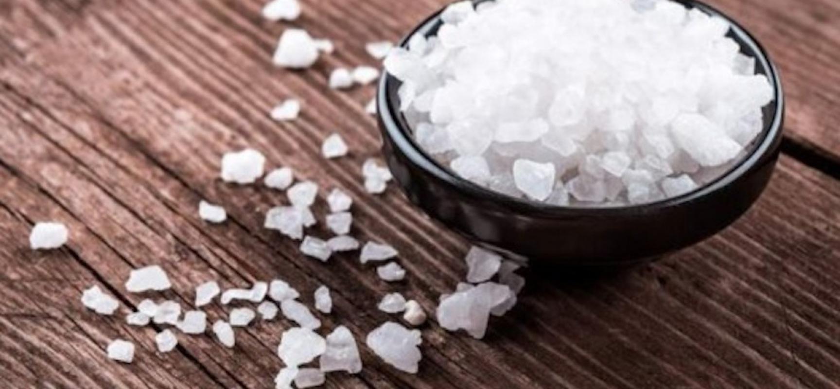 Metti 200 gr di sale grosso in un angolo della casa o su - Bagno con sale grosso ...