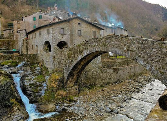 Il vecchio ponte di Vallico di Sotto [video]