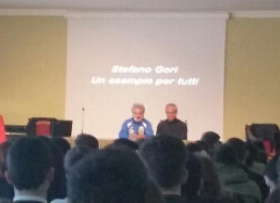 L'ATLETA STEFANO GORI NELLE SCUOLE DI STRESA A PORTARE IL SUO MESSAGGIO PROMOZIONALE DELLO SPORT PARALIMPICO
