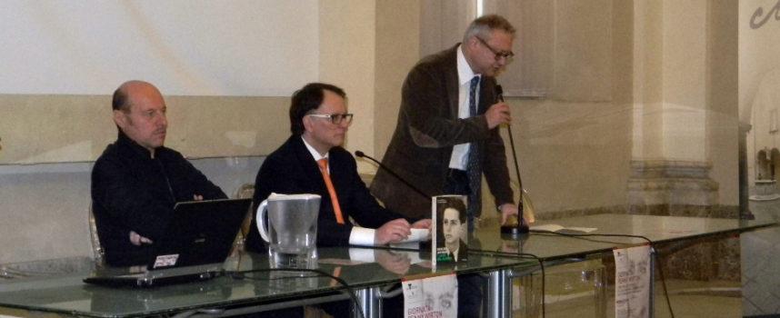 Sala gremita per l'anteprima nazionale del Don Milani di Eraldo Affinati, con autorità e studenti