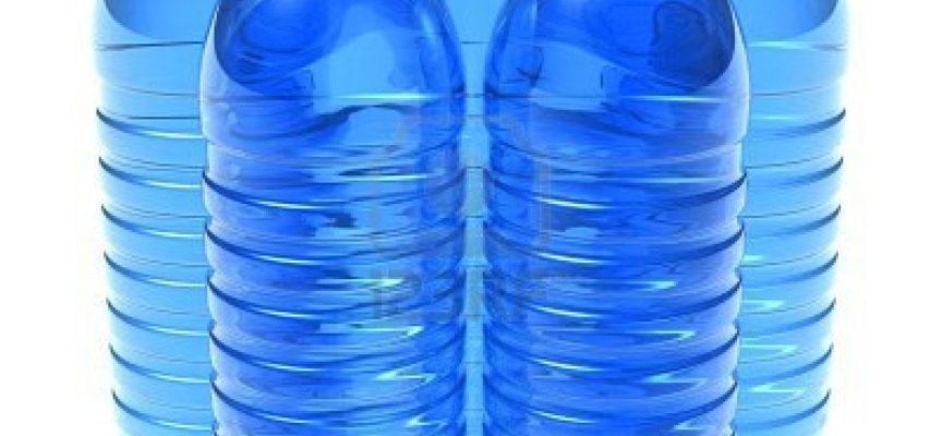 Bevi l'acqua in bottiglie di plastica? Ecco cosa devi controllare prima di acquistarla.