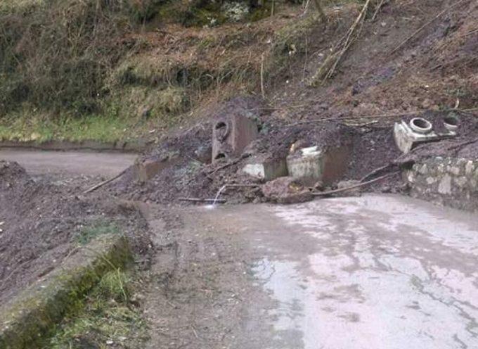 una  frana blocca la strada per Calomini