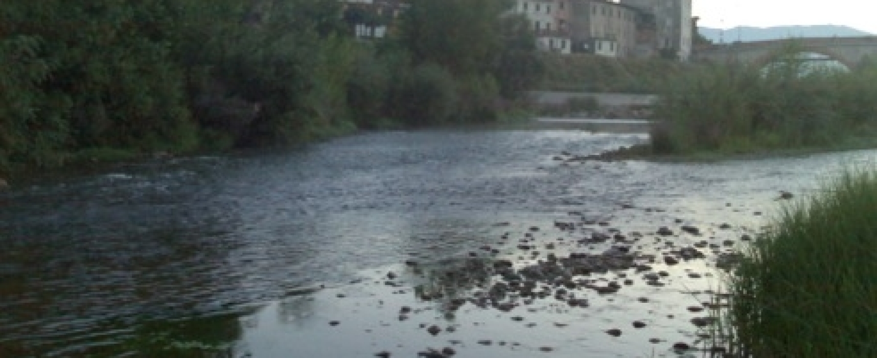 Cadavere senza testa ritrovato sulle sponde del fiume Serchio