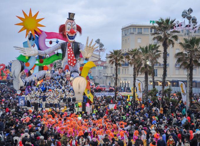 Conclusione spettacolare per l'ultimo corso mascherato del Carnevale di Viareggio