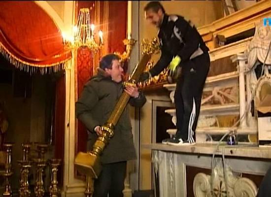 Corfino, tutti al lavoro per prolungare l'altare della chiesa di San Lorenzo[VIDEO]
