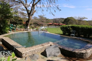 swimming-pool-857179_1920