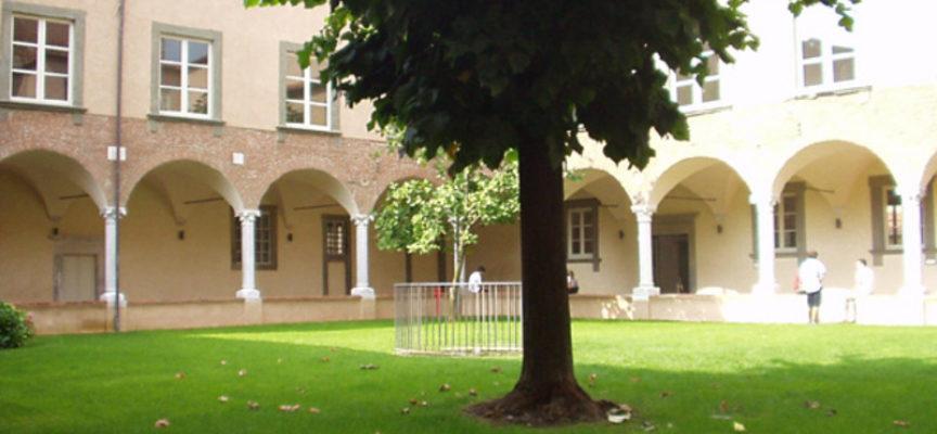 Costanza Savini dona il suo libro alla Bilblioteca Agorà, a lucca