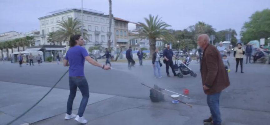 Viareggio: Boris l'uomo delle bolle aggredito dai proprietari del 48…