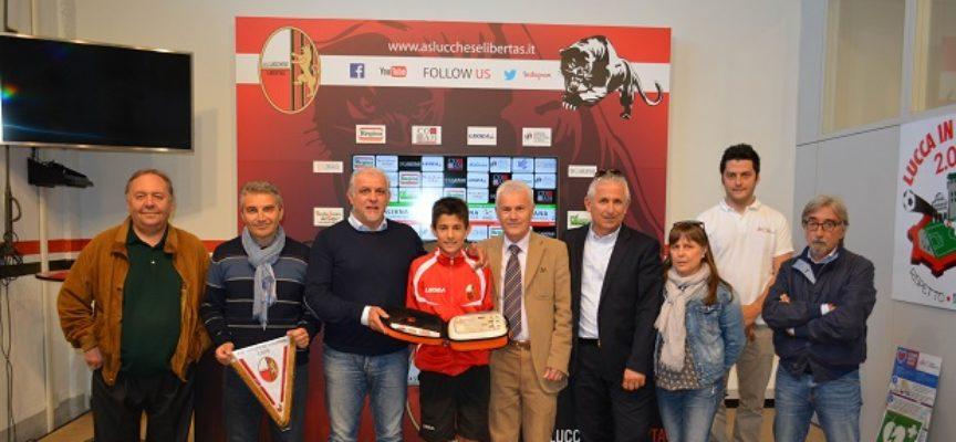 La famiglia di Simone Pardini dona un defibrillatore alla Lucchese