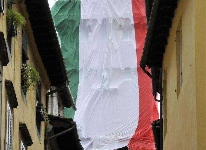 LUCCA – Festa della Repubblica: il presidente Garzella espone il tricolore sulla Torre Guinigi
