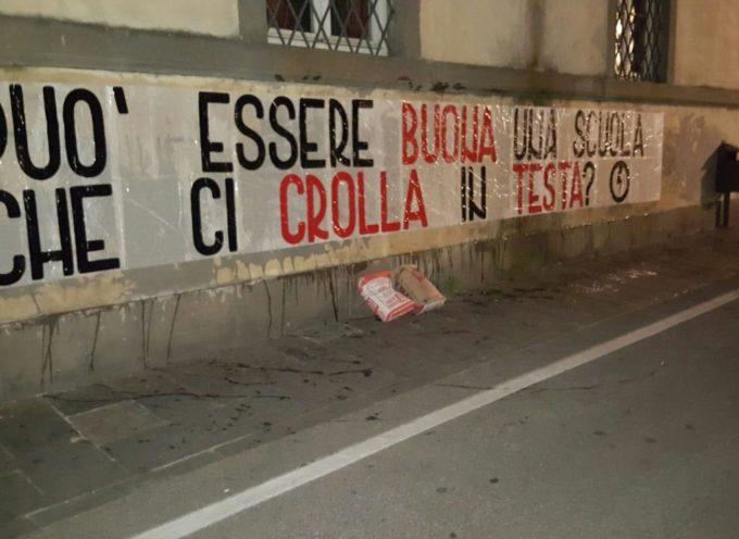 LUCCA – Striscioni e sacchi di cemento contro le scuole che crollano, anche a Lucca la protesta del Blocco Studentesco.