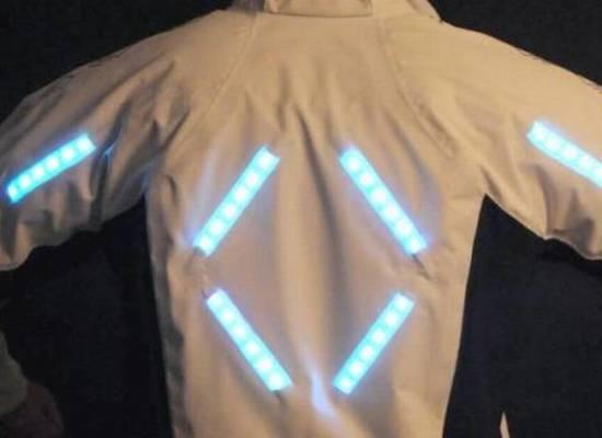 """Sicurezza stradale: arriva dalla Svizzera """"Clara"""", la giacca intelligente che salva la vita ai ciclisti."""