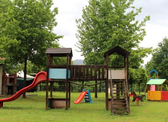Castelnuovo di Garfagnana, riqualificato il parco giochi di Santa Maria Il parco si arricchisce con cinque giochi per bambini nuovi di zecca. Risistemate anche le vecchie attrezzature ormai deteriorate