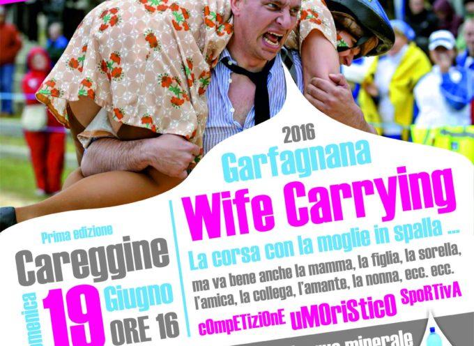 Domenica pomeriggio a Careggine -Wife Caring ( moglie in spalla ) si vince l'acqua minerale per tre anni.