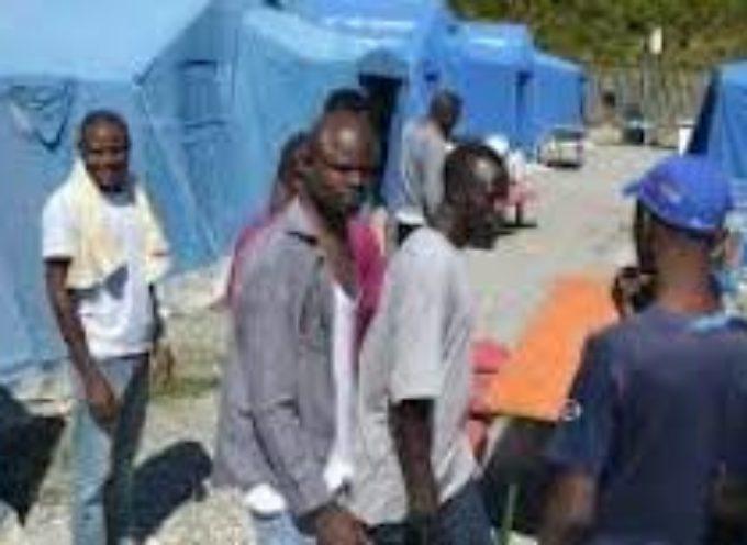 LUCCA – Migranti, schede telefoniche, pizza e confort
