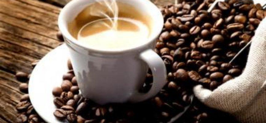 Una donna incinta ordina un caffè, viene servita con il detersivo.