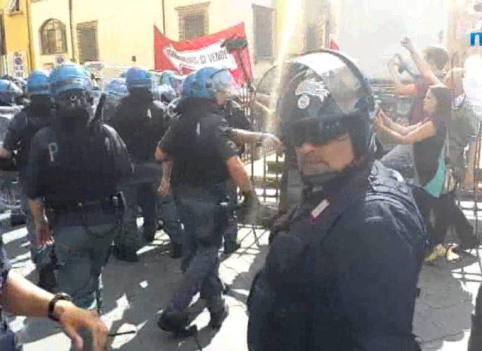 Renzi a Lucca, scontri tra manifestanti e polizia[VIDEO]