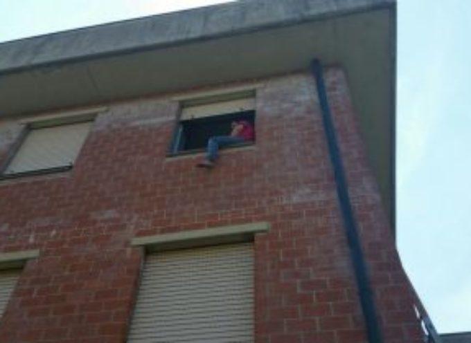lucca – Minaccia di gettarsi dal balcone per uno sfratto