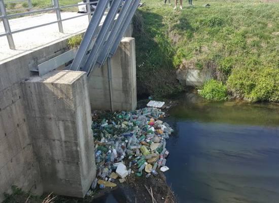 LUCCA – Pulizia del torrente Piscilla: nuovi rifiuti ammassati alla cataratta di Pontetetto ripulita dieci mesi fa da CasaPound.
