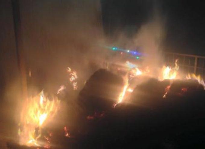 A fuoco una capanna con ovini e foraggio a Pieve Fosciana sul posto i Vigili del Fuoco