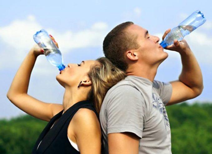 No, non fa bene bere 8 bicchieri d'acqua al giorno: