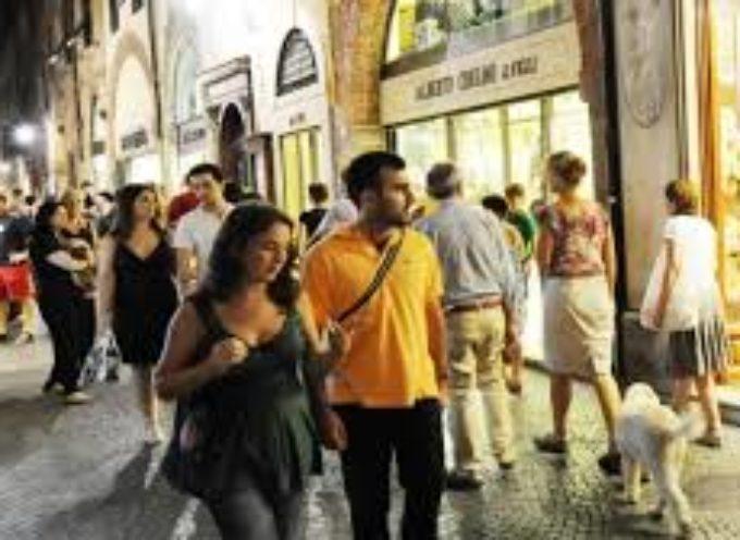 LUCCA –  Domani sera l'ultimo appuntamento con lo shopping notturno in città,