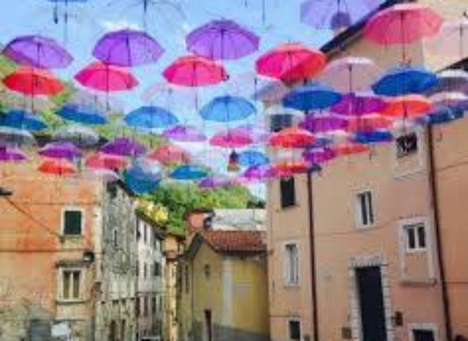 Bagni di Lucca, su via Umberto un cielo di ombrelli colorati